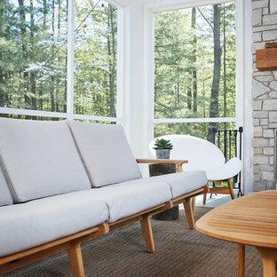 Idee per un grande patio o portico minimalista nel cortile laterale con un portico chiuso, lastre di cemento e un tetto a sbalzo