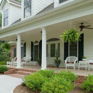 Diseño de terraza tradicional en patio delantero y anexo de casas