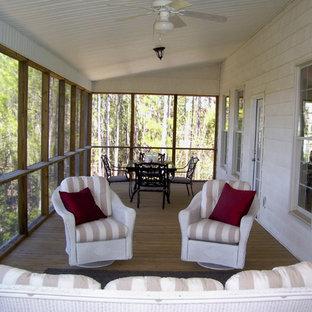 Ispirazione per un patio o portico minimalista di medie dimensioni e dietro casa con un portico chiuso, pedane e un tetto a sbalzo