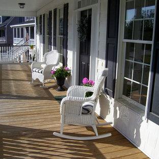 Ispirazione per un portico moderno di medie dimensioni e dietro casa con un portico chiuso, pedane e un tetto a sbalzo