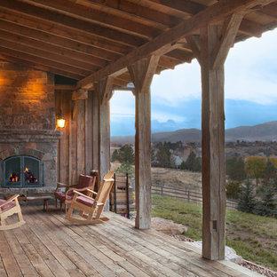 Ispirazione per un portico rustico con pedane e un tetto a sbalzo