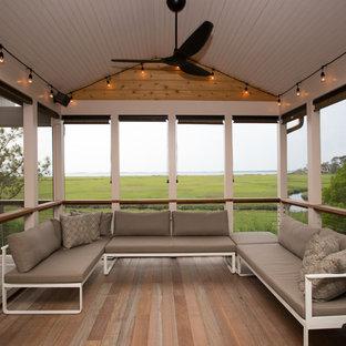 Idées déco pour un porche arrière bord de mer de taille moyenne avec une moustiquaire, une terrasse en bois et une extension de toiture.