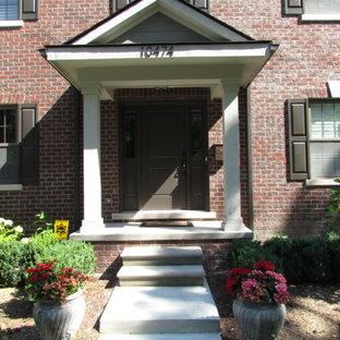 Esempio di un grande portico classico davanti casa con lastre di cemento