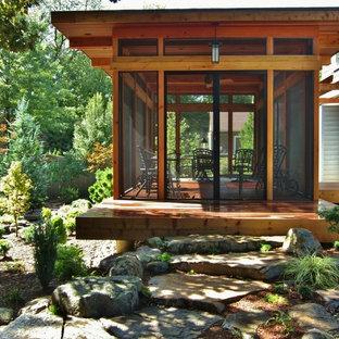 Immagine di un piccolo portico etnico dietro casa con un portico chiuso e pedane