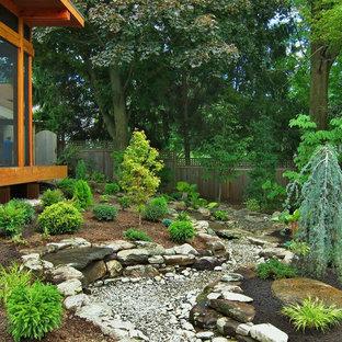 Immagine di un piccolo portico etnico dietro casa con un portico chiuso e pavimentazioni in pietra naturale
