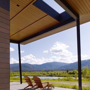 Immagine di un portico minimalista con un tetto a sbalzo