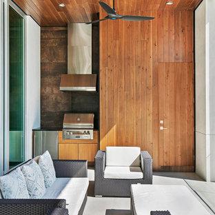 Idéer för en stor modern veranda på baksidan av huset, med utekök och takförlängning