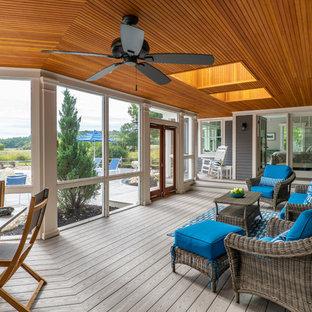 Стильный дизайн: веранда среднего размера на заднем дворе в морском стиле с навесом, крыльцом с защитной сеткой и настилом - последний тренд