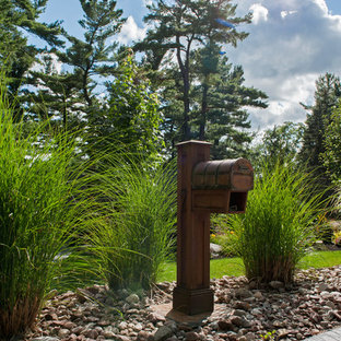 Immagine di un piccolo portico american style davanti casa con pavimentazioni in pietra naturale