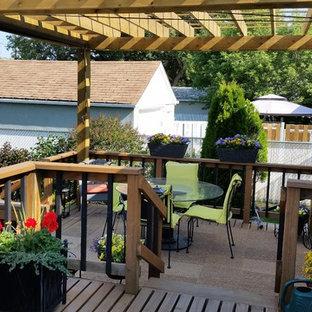 Ejemplo de terraza clásica renovada, pequeña, en patio trasero, con entablado y pérgola