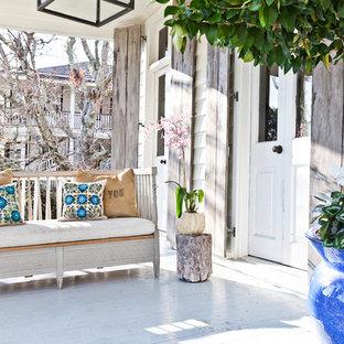 Idee per un portico stile shabby con pedane e un tetto a sbalzo