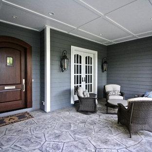 Ejemplo de terraza tradicional renovada, grande, en patio delantero y anexo de casas, con suelo de hormigón estampado