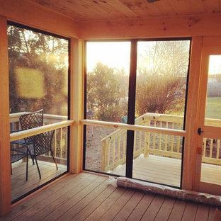 Idéer för små funkis innätade verandor på baksidan av huset, med naturstensplattor och takförlängning