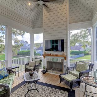Foto di un portico minimal di medie dimensioni e dietro casa con un portico chiuso, pedane e un tetto a sbalzo
