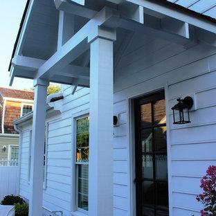Immagine di un piccolo portico classico dietro casa con un tetto a sbalzo