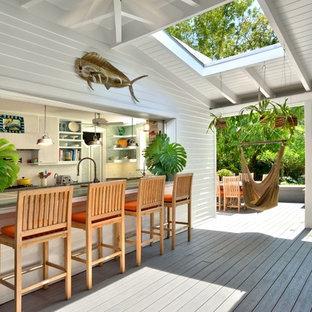 Foto de terraza clásica, de tamaño medio, en anexo de casas, con cocina exterior y entablado