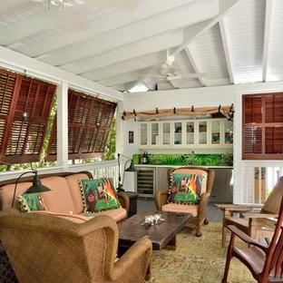 Inspiration pour un porche avec une cuisine extérieure ethnique de taille moyenne avec une terrasse en bois et une extension de toiture.