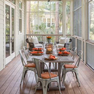 Verglaste, Überdachte Klassische Veranda hinter dem Haus mit Dielen in Charleston