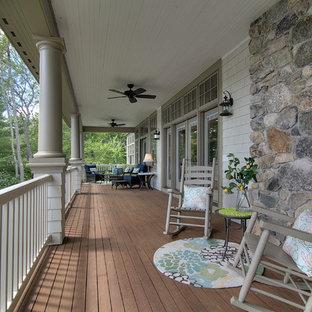 Esempio di un ampio portico stile americano dietro casa con un tetto a sbalzo