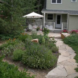 Ejemplo de terraza clásica, de tamaño medio, en patio trasero y anexo de casas, con huerto y adoquines de piedra natural