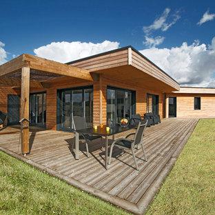 Cette image montre un porche avec une cuisine extérieure rustique de taille moyenne avec une extension de toiture.