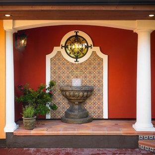 Exempel på en amerikansk veranda, med en fontän