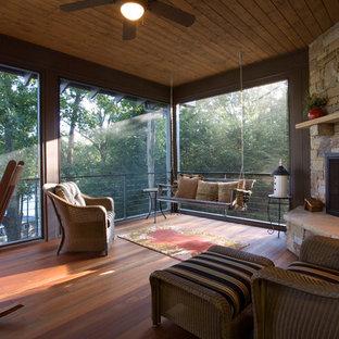 Modelo de terraza tradicional renovada, de tamaño medio, en patio trasero y anexo de casas, con entablado y brasero