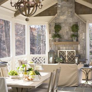 Ispirazione per un portico marinaro di medie dimensioni e dietro casa con un portico chiuso, pavimentazioni in pietra naturale e un tetto a sbalzo