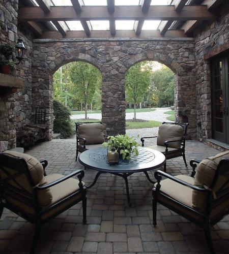 Porche avec des pavés en béton et un foyer extérieur : photos et ...