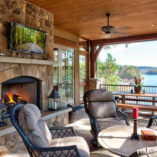 Foto de terraza rústica con brasero y adoquines de piedra natural