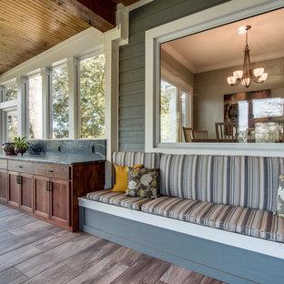 Imagen de porche cerrado tradicional renovado, grande, en patio trasero y anexo de casas, con suelo de baldosas