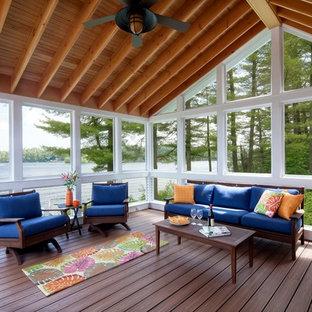 Ispirazione per un portico costiero dietro casa con un portico chiuso, un tetto a sbalzo e pedane