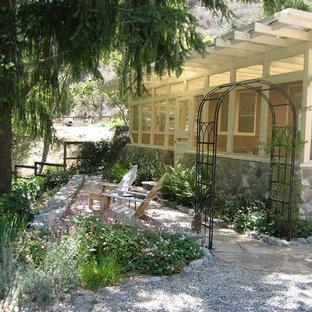 Ispirazione per un portico chic di medie dimensioni e nel cortile laterale con un portico chiuso e una pergola