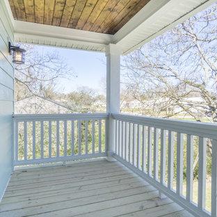 Idee per un piccolo portico country davanti casa con un tetto a sbalzo
