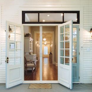 Ispirazione per un portico country di medie dimensioni e nel cortile laterale con pedane e un tetto a sbalzo