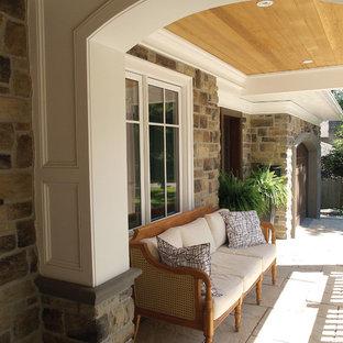 Ispirazione per un grande portico vittoriano davanti casa con pavimentazioni in pietra naturale, un tetto a sbalzo e un giardino in vaso