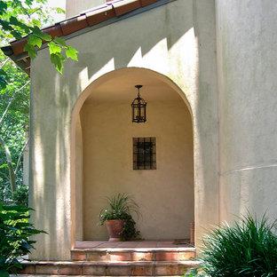 Aménagement d'un porche avant méditerranéen de taille moyenne avec du carrelage et une pergola.