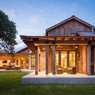 Ispirazione per un portico stile rurale con un tetto a sbalzo