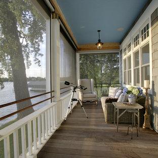Foto di un patio o portico stile marinaro con pedane e un portico chiuso