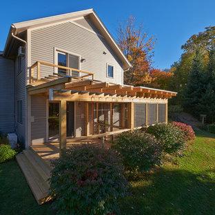 Ispirazione per un patio o portico moderno di medie dimensioni e nel cortile laterale con un portico chiuso e una pergola