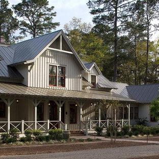 Foto della facciata di una casa tropicale con rivestimento in legno e copertura in metallo o lamiera