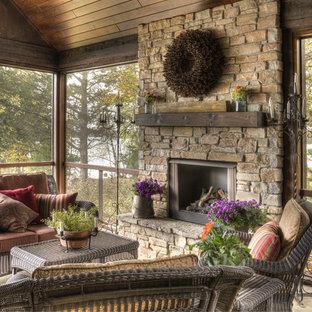 Неиссякаемый источник вдохновения для домашнего уюта: большая веранда на заднем дворе в стиле рустика с навесом и крыльцом с защитной сеткой