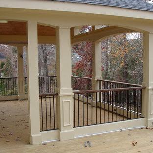 Diseño de porche cerrado tradicional renovado, grande, en patio trasero y anexo de casas
