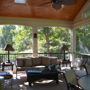 Ejemplo de porche cerrado tradicional renovado, grande, en patio trasero y anexo de casas, con suelo de baldosas