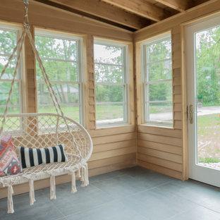 Ispirazione per un portico eclettico di medie dimensioni e dietro casa con un portico chiuso, piastrelle e un tetto a sbalzo