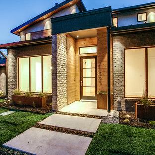 Idee per un grande portico moderno davanti casa con pavimentazioni in cemento e un tetto a sbalzo