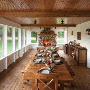 Inspiration pour un porche rustique avec une moustiquaire.