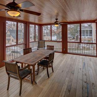 Foto di un grande patio o portico american style nel cortile laterale con un portico chiuso, pedane e un tetto a sbalzo