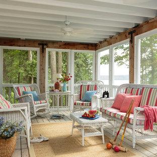 Esempio di un portico shabby-chic style di medie dimensioni e dietro casa con pedane e un tetto a sbalzo