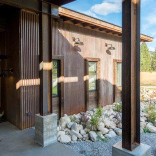 Выдающиеся фото от архитекторов и дизайнеров интерьера: веранда среднего размера на переднем дворе в стиле лофт с покрытием из бетонных плит и навесом